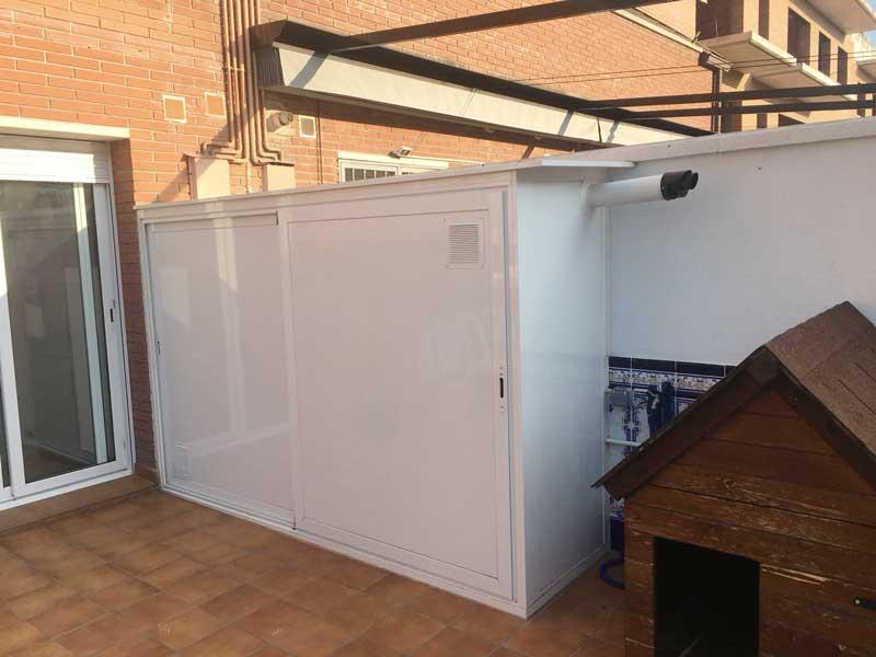 armario de aluminio blanco en exterior de terraza con salida de humos