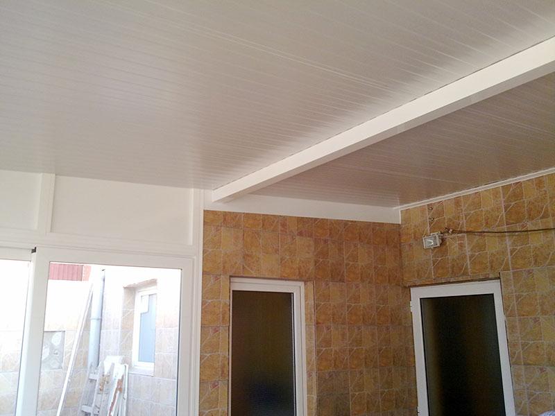 cerramiento de aluminio con techo tipo cubierta y travesaño
