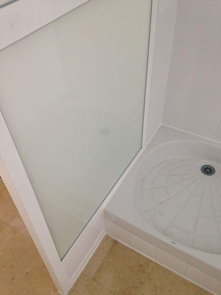 parte interior de un cerramiento con plato de ducha