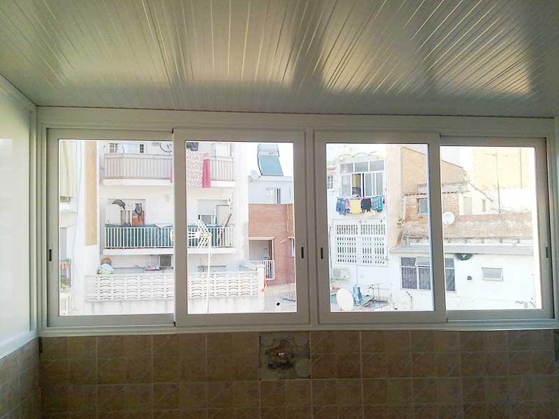 ventanas correderas con techo tipo cubierta de un cerramiento de aluminio