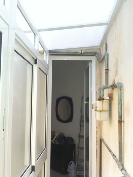 interior de un cerramiento de aluminio en un balcón de barcelona
