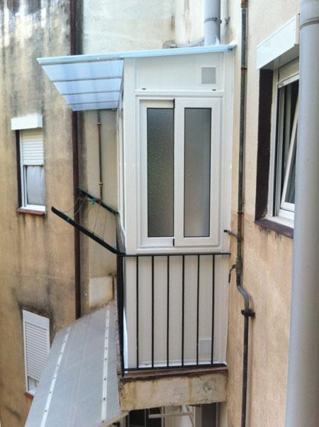 cerramiento de balcon con techo de policarbonato y ventanas correderas