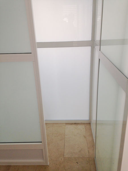 cerramiento de aluminio en interior de un hotel