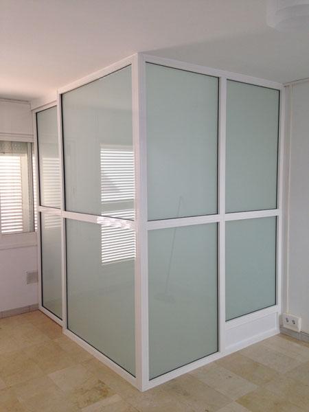 cerramiento interior en color blanco y cristalesl laminados mate