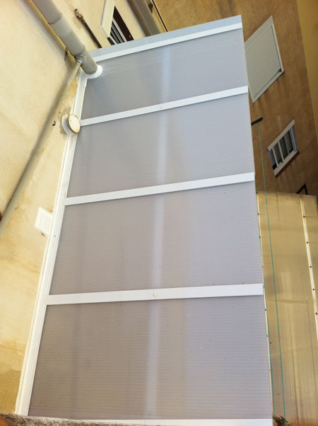 techo de policarbonato de un cerramiento de balcon en perspectiva cenital