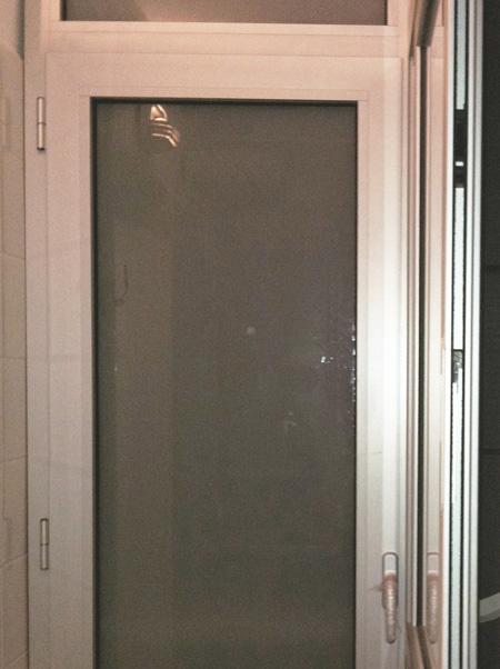 cerramiento métalico en color plata en una galería