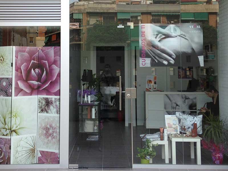 entrada de cristal templado en tienda estética de santa coloma de gramenet