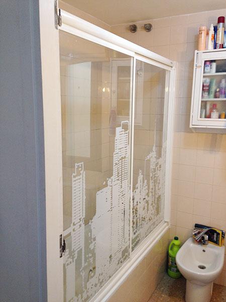 mampara de baño blanca con serigrafia de NY