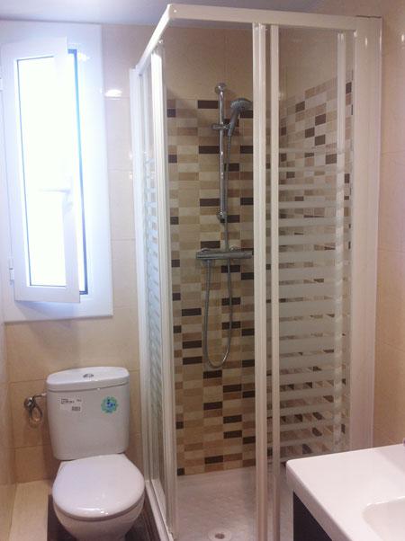 mampara ducha esquinera de cristal y marco blanco