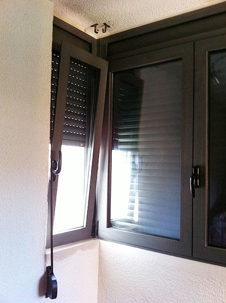 estructura de aluminio con ventanas practicables y persianas de aluminio RAL 7022