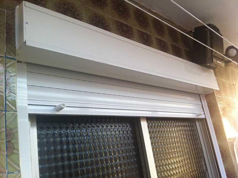 persiana de cajón en aluminio blanco en piso de santa coloma de gramenet