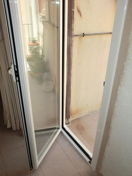 puerta abatible en aluminio blanco y cristal de cámara