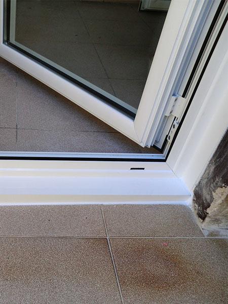 terminaciones de primera calidad en montaje de puerta practicable de barcelona