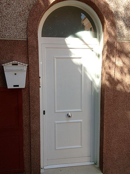 puerta de entrada a casa en aluminio lacado blanco vista por fuera