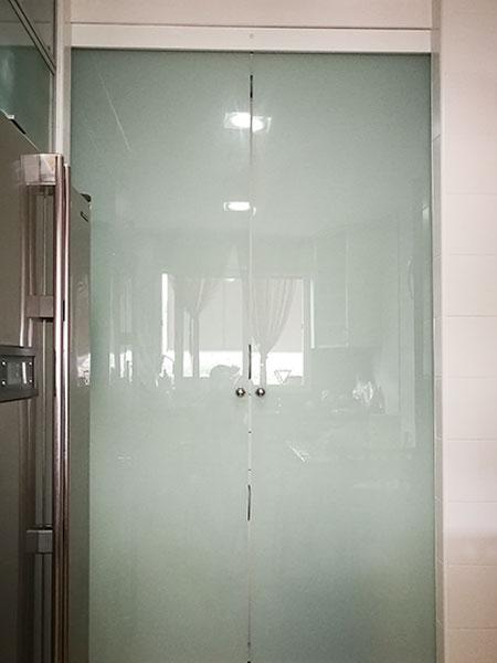 doble puerta corredera de cristal laminado mate en guía klein