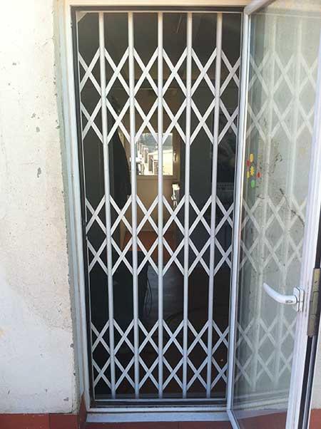 reja de seguridad tipo ballesta instalada en balcón