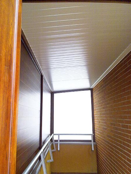 interior de un cerramiento de aluminio con techo cubierta