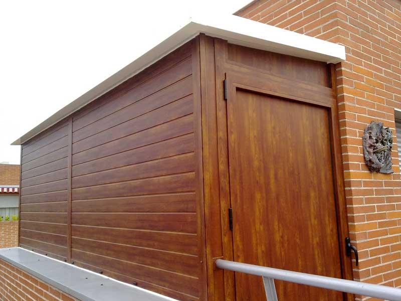 cerramiento de aluminio en color madera con techo blanco