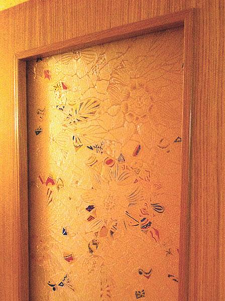 vidrio con dibujo estilo gaudí montado en puerta de madera