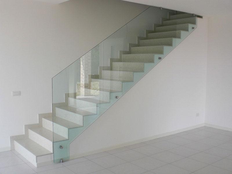 escalera de casa con pasamanos de cristal templado transparente y accesorios de acero inoxidable