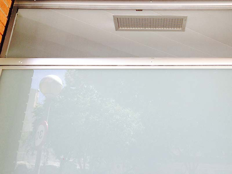 mosquitera fija montada sobre fijo de cristal
